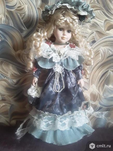 Красивая кукла на металлической подставке.. Фото 1.