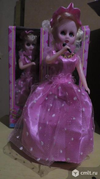 Игрушка-кукла музыкальная с микрофоном озвучено на русском языке. Фото 1.