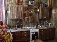 Мебель для кухни на заказ. Кухня в стиле антик. Фасады из натурального дерева. Европейская фурнитура класса Люкс, столешница из камня. Все дверцы и ящики оснащены системой плавного закрывания.