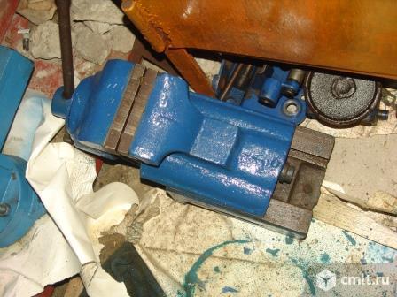 Верстак в гаражик, тиски, станок. Фото 1.