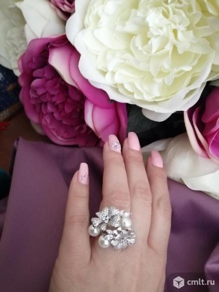 Шикарное кольцо с жемчугом и фианитами. Фото 1.