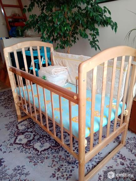 Детская кроватка в отличном состоянии, матрасик, комплект утепления боковинок кроватки. Фото 1.
