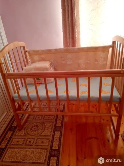 Детская кроватка в отличном состоянии, матрасик, комплект утепления боковинок кроватки. Фото 2.