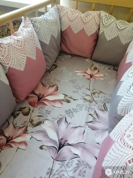 Бортики в кроватку и комплект постельного белья. Фото 1.