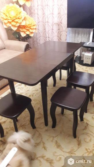 Стол и 4 табуретки. Фото 1.