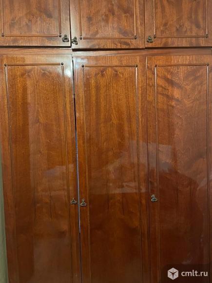 Шкаф 3-х створчатый с верхними полками. Фото 1.