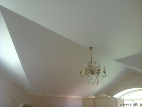 Ломаный потолок под мансардной крышей. Использованы три полотна сложной конфигурации без швов. Стоимость по смете 10650 рублей.