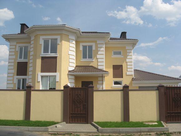 Очень удобная планировка дома, большая кухня, просторные комнаты, хороший подъезд к дому.  Чистый воздух, недалеко находится автобусная остановка, близость к городу ехать меньше 5 мин.