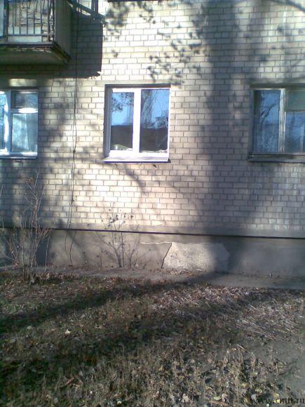 Окно на красной линии с  территорией для входной группы и парковки